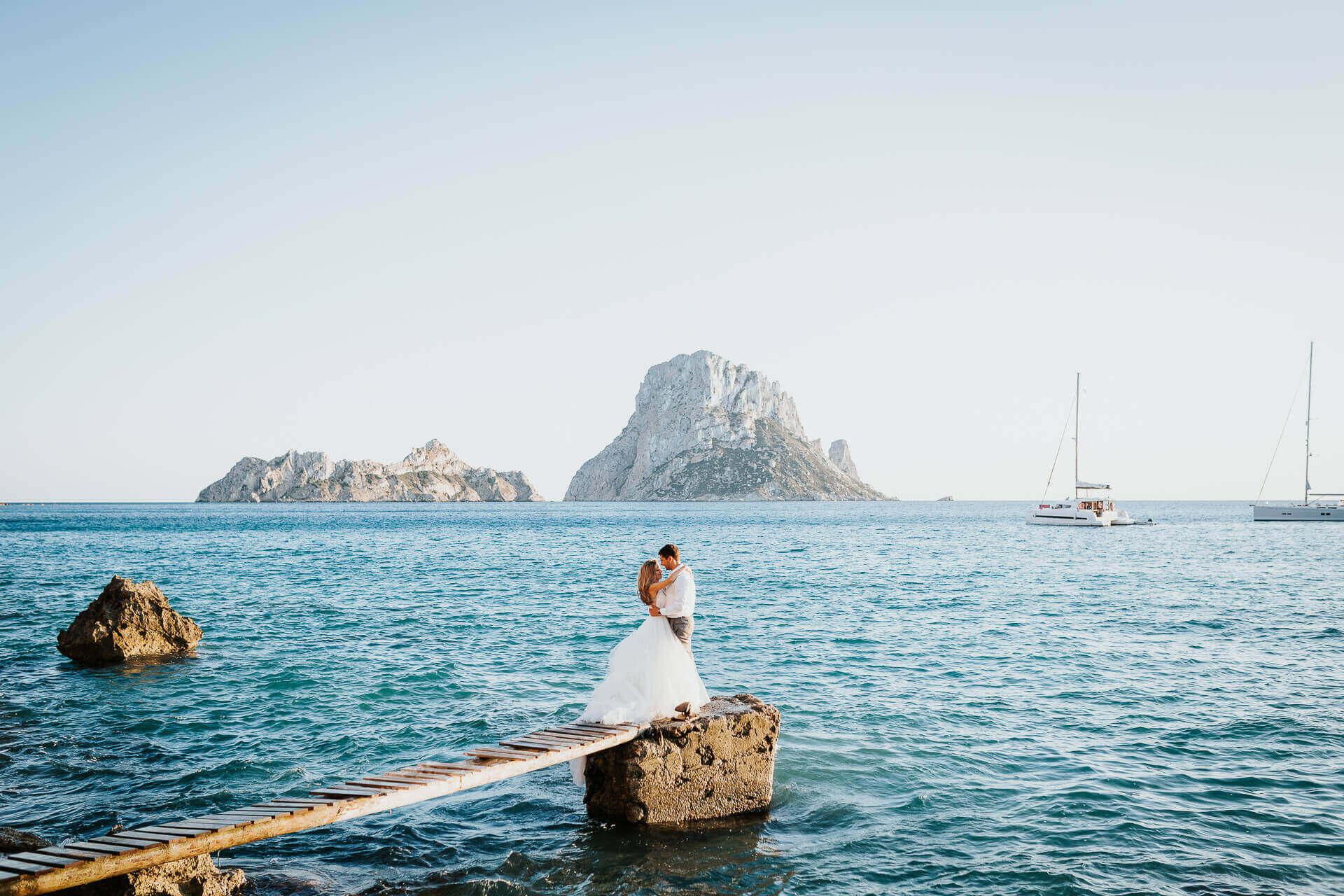 Una sesión fotográfica postboda en Ibiza con los mejores paisajes